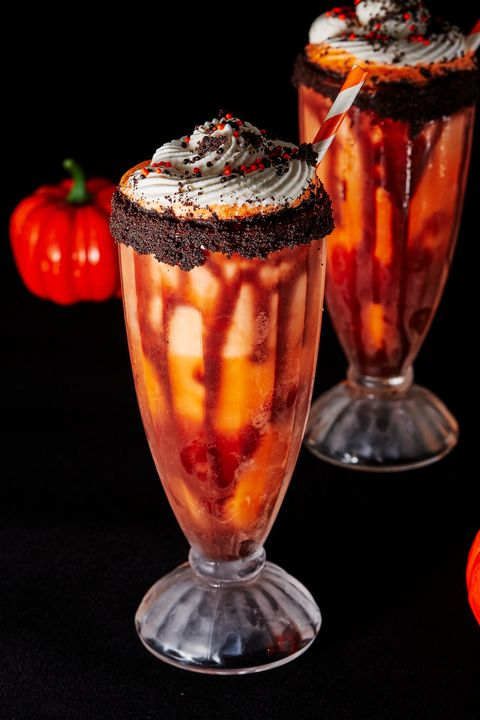 *Later she heads to Wildside Diner where there's a long line for their infamous Halloween Floa