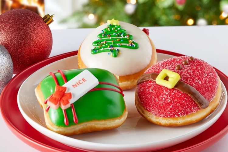 *After arriving at the bakery with Hajime and ordering her beloved Christmas donuts. She sat blushin